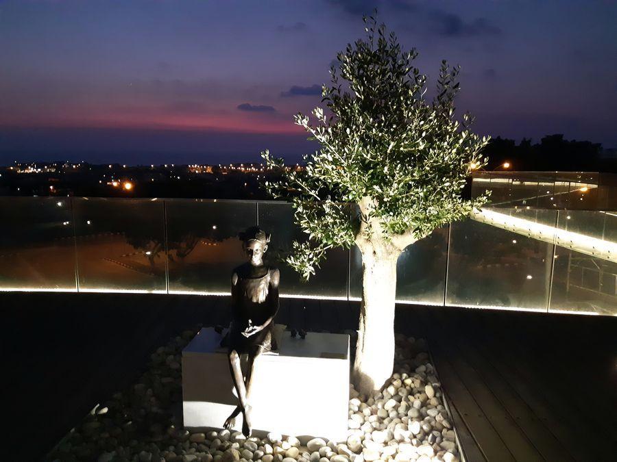 Пафос, памятник - девочка с воробьями