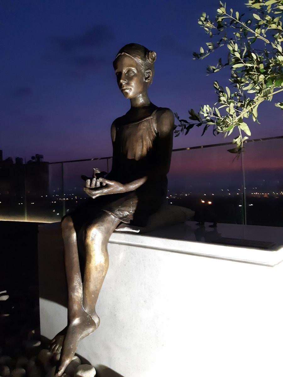 Памятник девочка с воробьем в Верхнем Пафосе