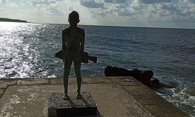 Скульптура маленький рыбак Пафос Кипр