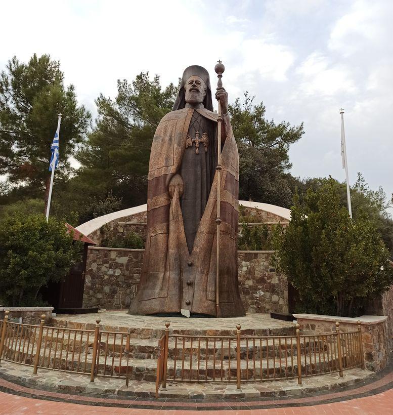 статуя архиепископа Макариуса на Кипре в горах